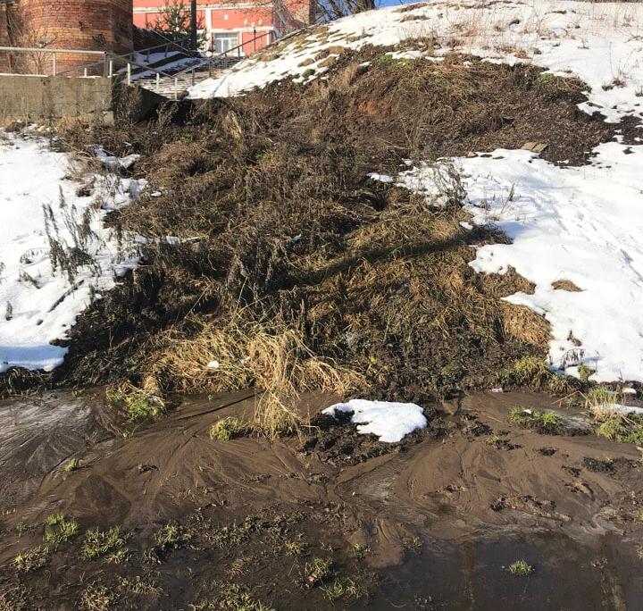 Две недели в Кимрах с Театральной площади в Волгу течет канализация | Фото | Видео