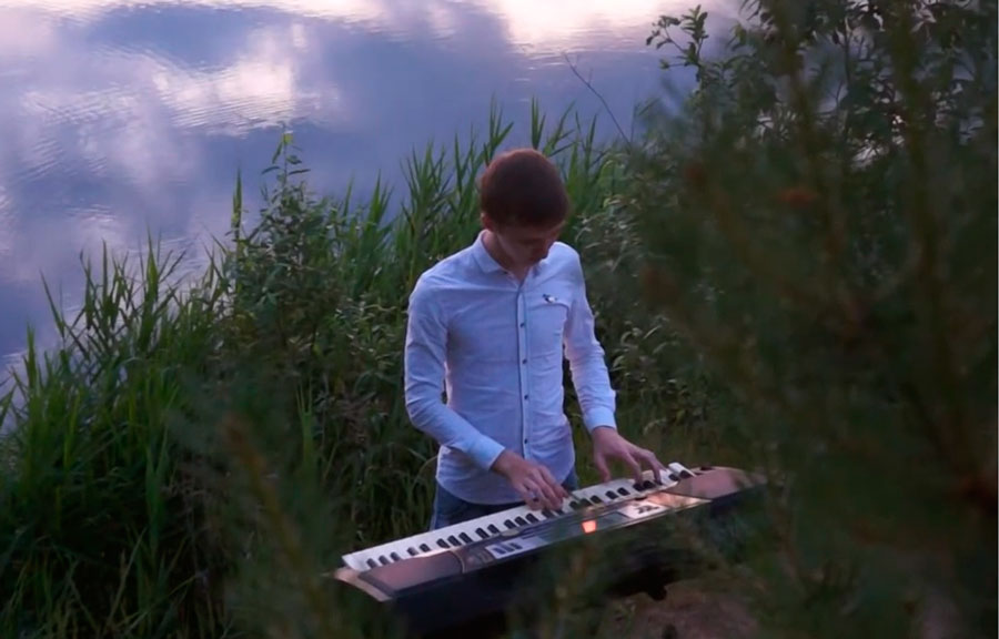 На Галанинском заливе в Кимрах юный музыкант исполнил «River flows in you» | Видео