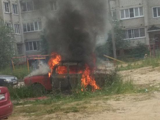 В поселке Южный города Кимры сгорел ретро-автомобиль