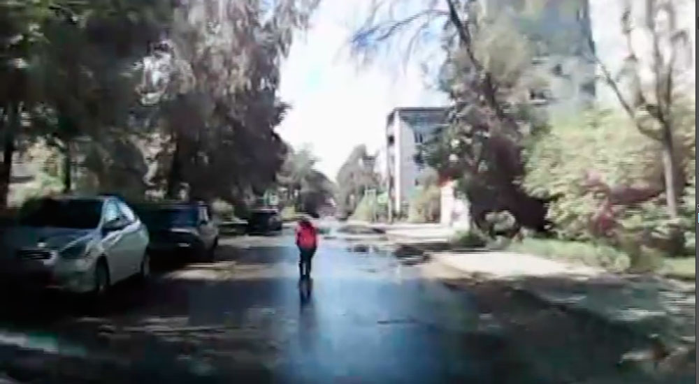 В Кимрах ребенок на самокате выскочил перед автомобилем на дорогу | Видео