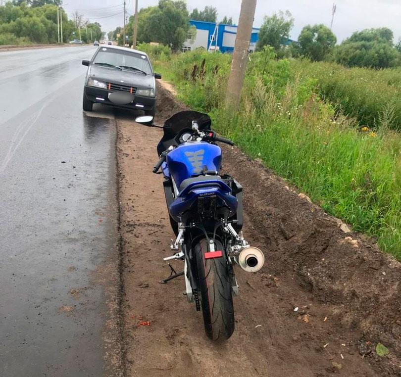 На Ильинском шоссе в Кимрах водитель ВАЗа не уступил дорогу незарегистрированному мотоциклу