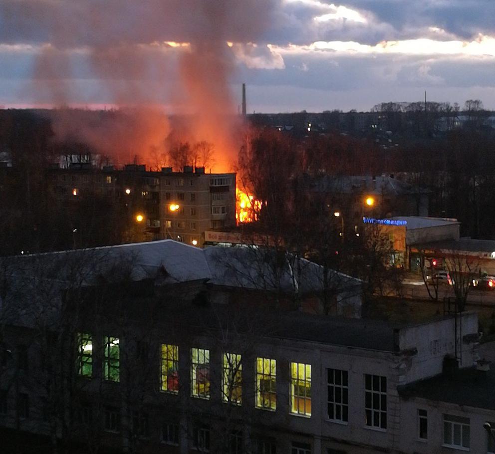 В Кимрах продолжают гореть расселенные аварийные дома | Видео