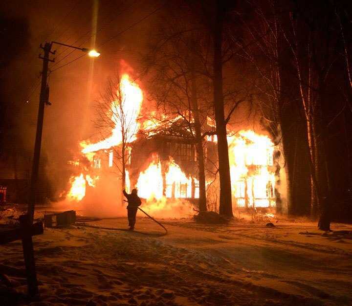 На Савеловской набережной сгорел еще один расселенный дом | Видео